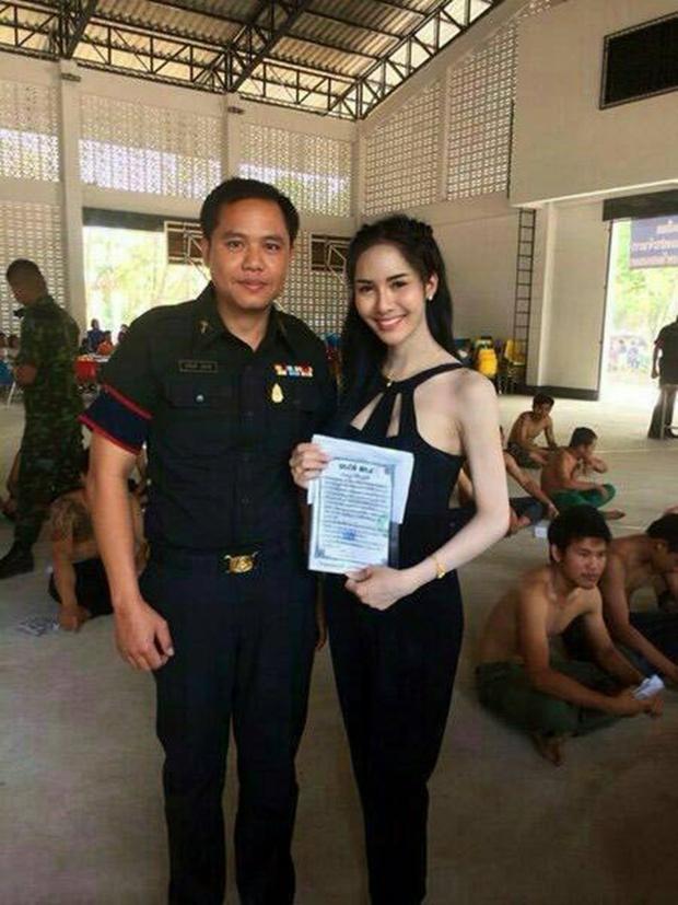 Những bóng hồng chuyển giới trong ngày xét tuyển nghĩa vụ quân sự tại Thái Lan - Ảnh 6.