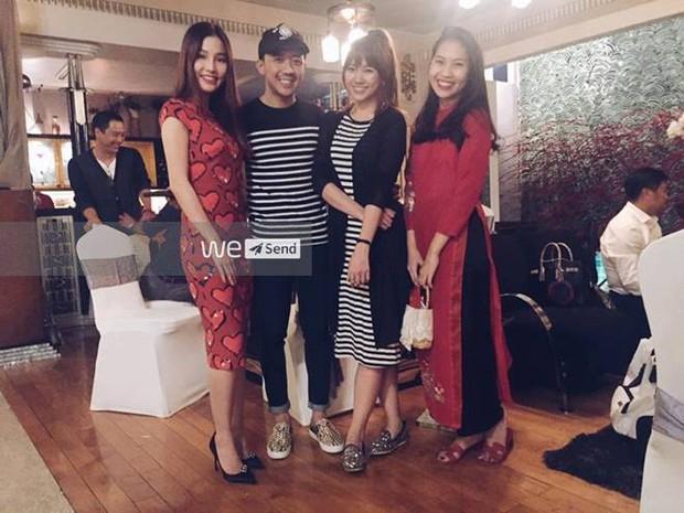Trấn Thành - Hari Won công khai diện đồ đôi tại sự kiện - Ảnh 1.