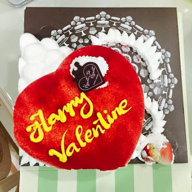 Mạc Hồng Quân tặng Kỳ Hân bánh trái tim nhân ngày Valentine - Ảnh 1.