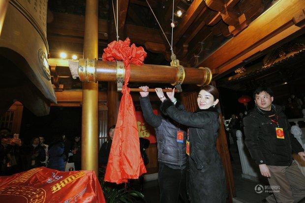 Người dân Trung Quốc chen chúc lên chùa cầu may dịp đầu năm mới - Ảnh 16.