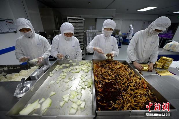 Chùm ảnh: Mục sở thị quy trình chuẩn bị thức ăn hàng không cực kỳ khoa học và nghiêm ngặt - Ảnh 3.