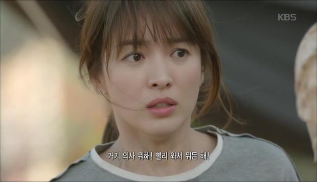 """""""Hậu Duệ Mặt Trời"""": Cặp đôi sóng gió Jin Goo - Kim Ji Won cuối cùng cũng được đoàn tụ! - Ảnh 17."""