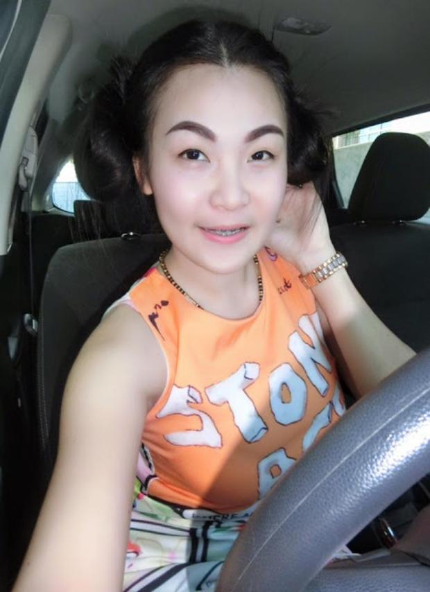 Hình ảnh phản cảm của hot girl Thái từng mặc đồ cử nhân quỳ lạy mẹ là công nhân vệ sinh - Ảnh 4.