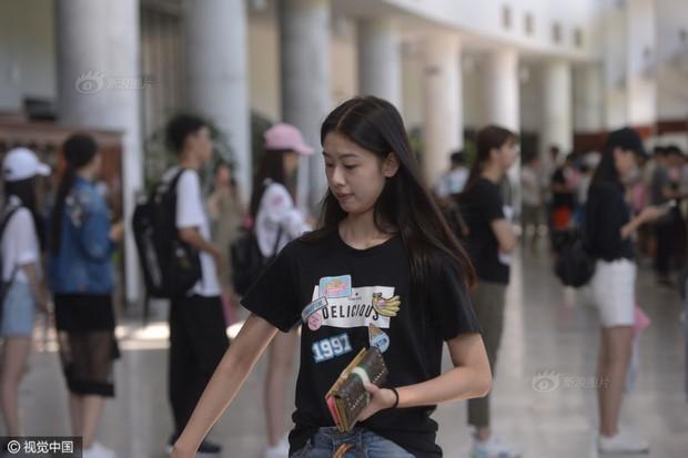 Những nữ sinh xinh đẹp trong ngày báo danh ở lò đào tạo minh tinh hàng đầu Trung Quốc - Ảnh 5.