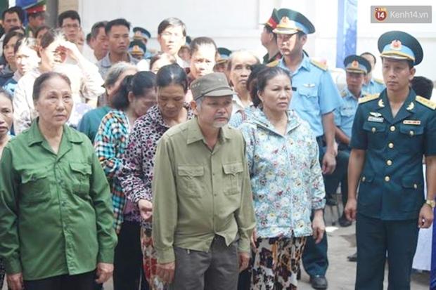 Vợ con thẫn thờ trước di ảnh của phi công Trần Quang Khải - Ảnh 27.