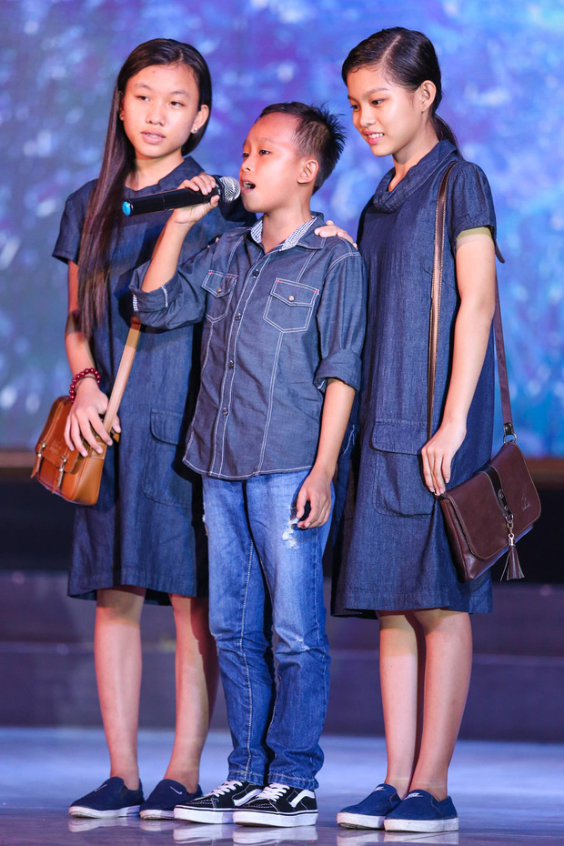 Quán quân Idol Kids Hồ Văn Cường theo chân ủng hộ mẹ nuôi Phi Nhung - Ảnh 4.