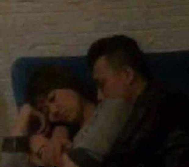 Trấn Thành - Hari Won lại bị bắt gặp vô tư ôm nhau ngủ - Ảnh 1.
