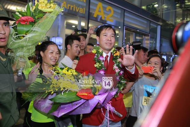 Sau những kỳ tích tại Olympic 2016, người hùng Hoàng Xuân Vinh đã trở về bên gia đình, bên người vợ thân yêu - Ảnh 11.
