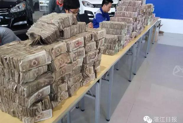 Nhân viên choáng váng khi khách hàng chở hơn nửa tấn tiền lẻ đi mua xe ô tô - Ảnh 1.