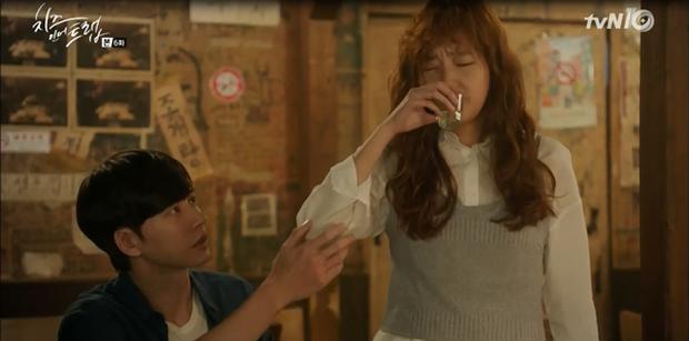 """""""Cheese In The Trap"""": Bấn loạn trước nụ hôn """"hụt"""" trên giường của Park Hae Jin - Ảnh 15."""