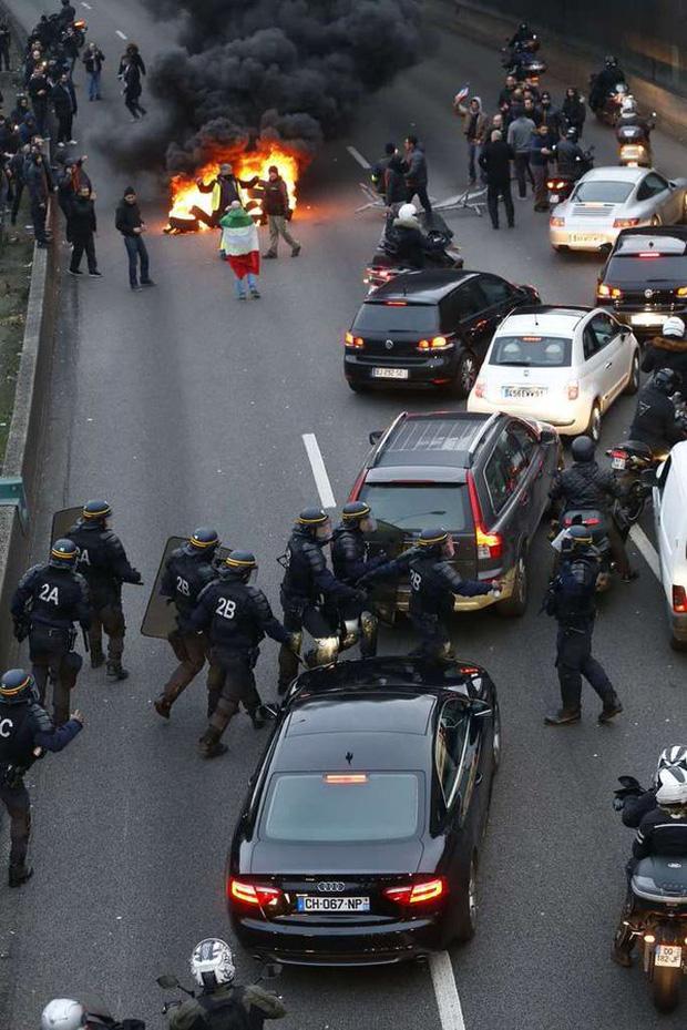 Tài xế taxi tổ chức bạo loạn khắp thủ đô Paris phản đối Uber - Ảnh 6.