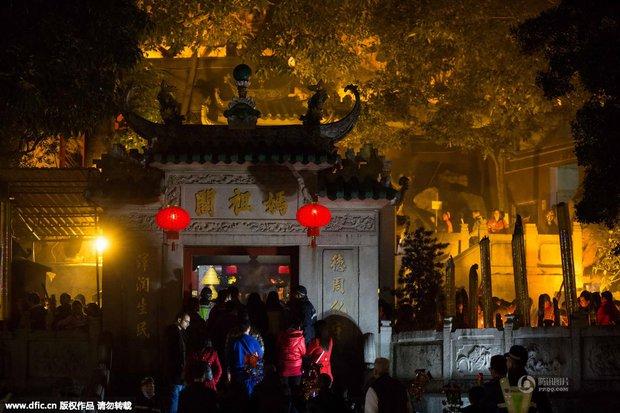 Người dân Trung Quốc chen chúc lên chùa cầu may dịp đầu năm mới - Ảnh 17.