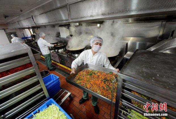 Chùm ảnh: Mục sở thị quy trình chuẩn bị thức ăn hàng không cực kỳ khoa học và nghiêm ngặt - Ảnh 4.