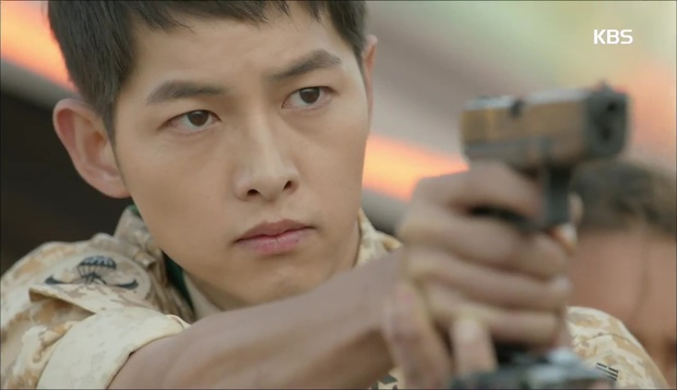 """""""Hậu Duệ Mặt Trời"""": Cặp đôi sóng gió Jin Goo - Kim Ji Won cuối cùng cũng được đoàn tụ! - Ảnh 18."""