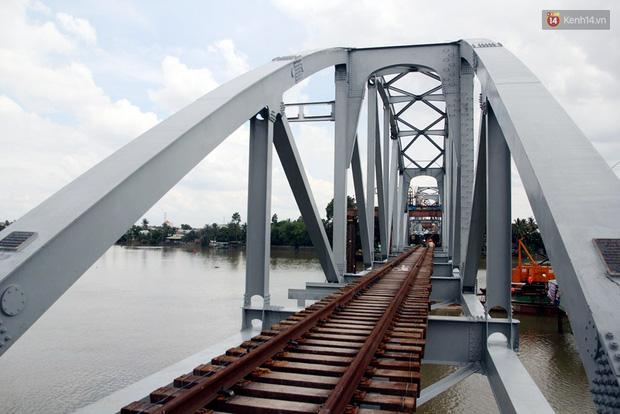 Cầu Ghềnh sắp nối nhịp đôi bờ, đường sắt Bắc Nam chuẩn bị thông tuyến - Ảnh 14.
