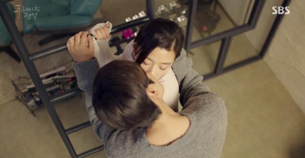 Đêm Giáng Sinh, cùng ngắm 10 nụ hôn của màn ảnh Hàn năm 2016 từng khiến bạn rung rinh - Ảnh 21.