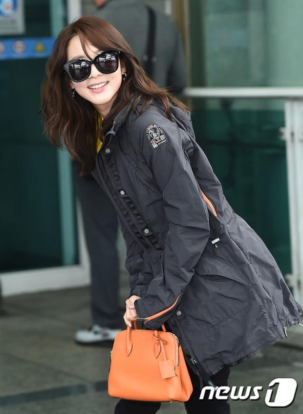 Bác sĩ quân y Kim Ji Won đọ sắc cùng người đẹp không tuổi Dara (2NE1) tại sân bay - Ảnh 9.