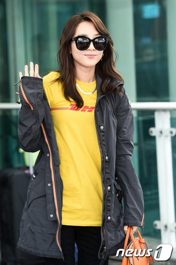 Bác sĩ quân y Kim Ji Won đọ sắc cùng người đẹp không tuổi Dara (2NE1) tại sân bay - Ảnh 8.