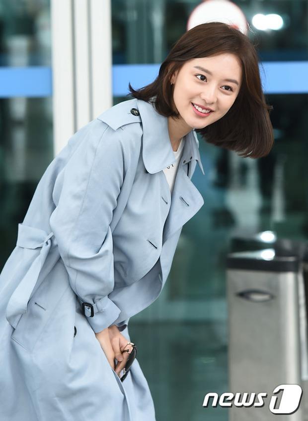 Bác sĩ quân y Kim Ji Won đọ sắc cùng người đẹp không tuổi Dara (2NE1) tại sân bay - Ảnh 4.