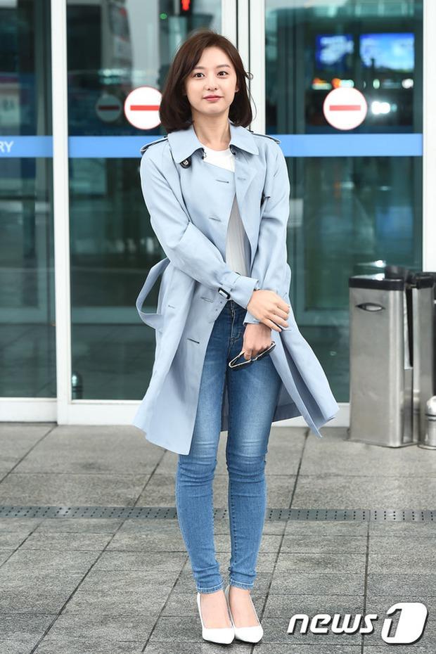 Bác sĩ quân y Kim Ji Won đọ sắc cùng người đẹp không tuổi Dara (2NE1) tại sân bay - Ảnh 2.