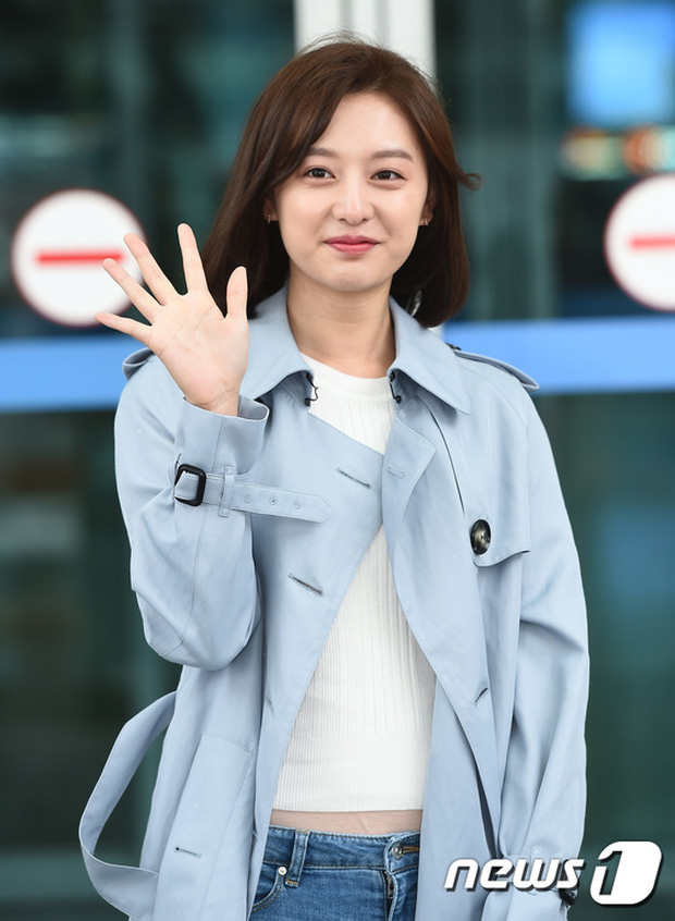 Bác sĩ quân y Kim Ji Won đọ sắc cùng người đẹp không tuổi Dara (2NE1) tại sân bay - Ảnh 3.