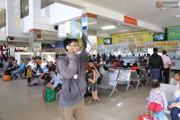 Người Sài Gòn lỉnh kỉnh đồ đạc về quê nghỉ lễ, cửa ngõ thành phố kẹt cứng - Ảnh 9.