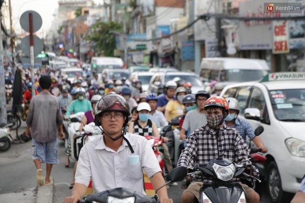Người Sài Gòn lỉnh kỉnh đồ đạc về quê nghỉ lễ, cửa ngõ thành phố kẹt cứng - Ảnh 16.