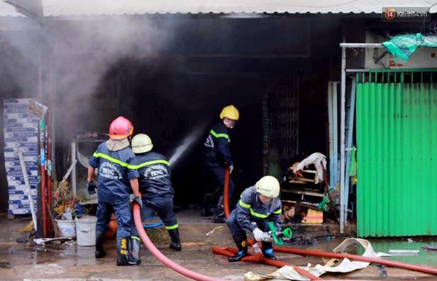 Cụ già 90 tuổi kêu cứu trong căn nhà bốc cháy dữ dội giữa trưa ở Sài Gòn - Ảnh 3.