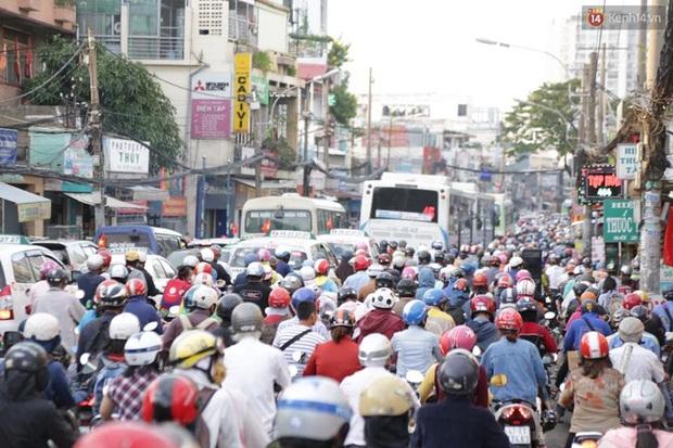 Người Sài Gòn lỉnh kỉnh đồ đạc về quê nghỉ lễ, cửa ngõ thành phố kẹt cứng - Ảnh 17.