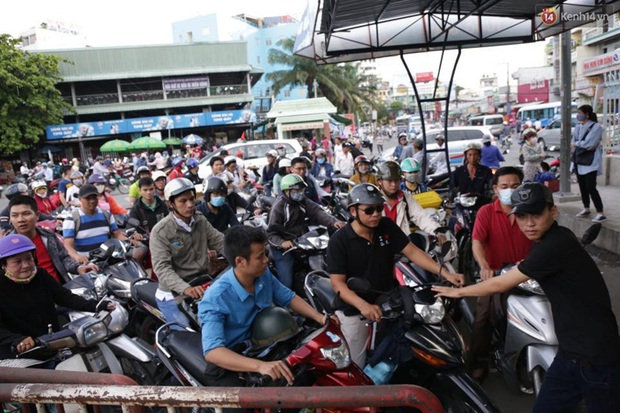 Người Sài Gòn lỉnh kỉnh đồ đạc về quê nghỉ lễ, cửa ngõ thành phố kẹt cứng - Ảnh 15.
