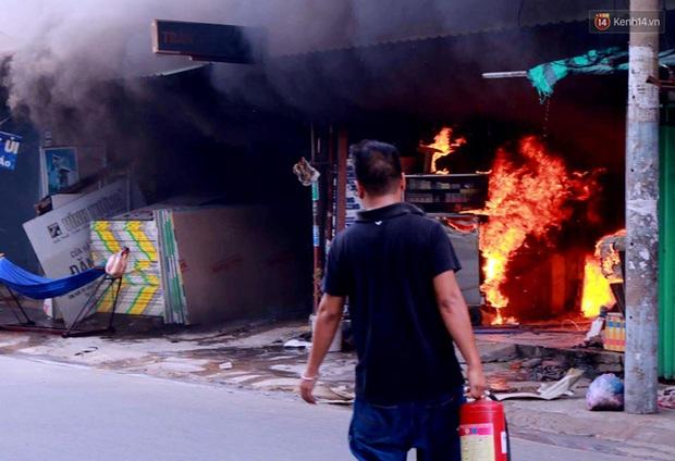 Cụ già 90 tuổi kêu cứu trong căn nhà bốc cháy dữ dội giữa trưa ở Sài Gòn - Ảnh 2.