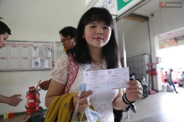 Người Sài Gòn lỉnh kỉnh đồ đạc về quê nghỉ lễ, cửa ngõ thành phố kẹt cứng - Ảnh 14.