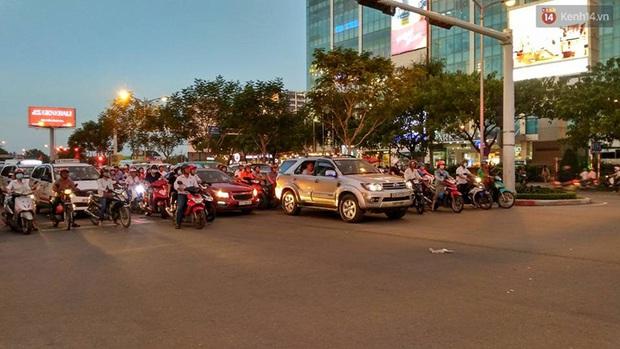 Người Sài Gòn lỉnh kỉnh đồ đạc về quê nghỉ lễ, cửa ngõ thành phố kẹt cứng - Ảnh 29.