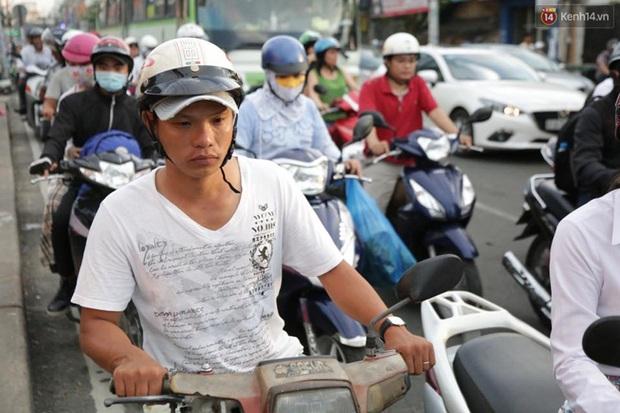 Người Sài Gòn lỉnh kỉnh đồ đạc về quê nghỉ lễ, cửa ngõ thành phố kẹt cứng - Ảnh 18.