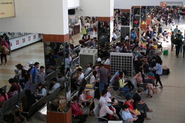 Người Sài Gòn lỉnh kỉnh đồ đạc về quê nghỉ lễ, cửa ngõ thành phố kẹt cứng - Ảnh 6.