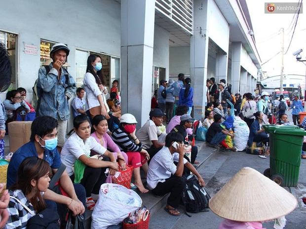 Người Sài Gòn lỉnh kỉnh đồ đạc về quê nghỉ lễ, cửa ngõ thành phố kẹt cứng - Ảnh 20.