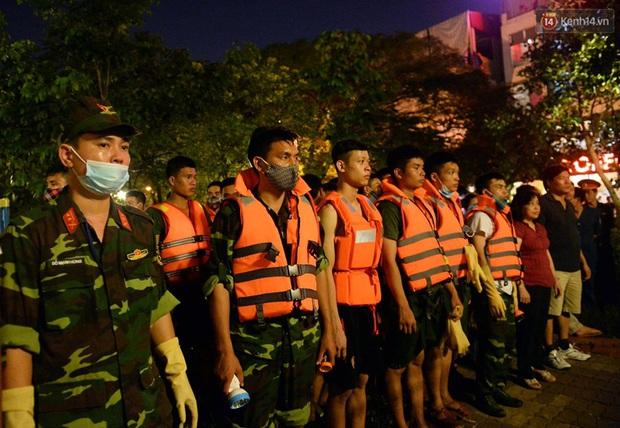 Hà Nội: Trắng đêm khắc phục hậu quả cá chết trắng ven hồ Tây - Ảnh 2.