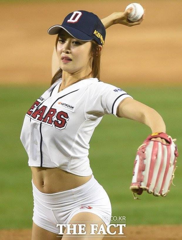 Hoa hậu cơ bắp Hàn Quốc gây sốt với màn ném bóng chày sexy - Ảnh 11.