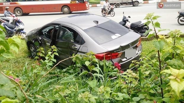 Xe bồn húc văng xế hộp xuống mương nước ở đường phố Sài Gòn - Ảnh 2.