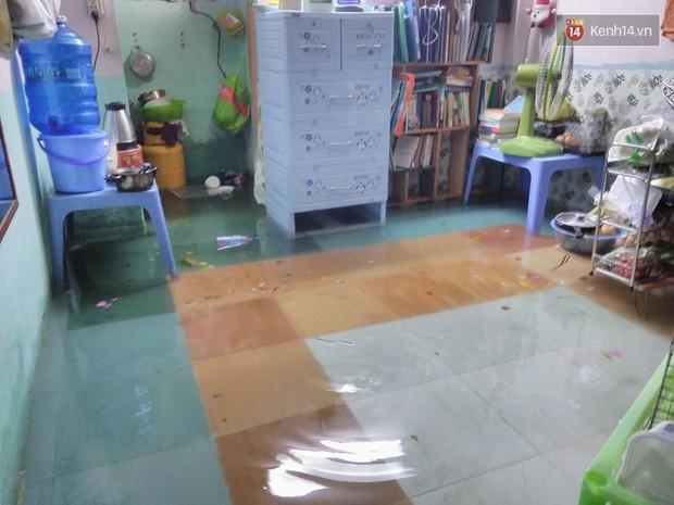 Sinh viên Sài Gòn mệt mỏi khi thức cả đêm dọn những căn phòng trọ ngập nước - Ảnh 1.