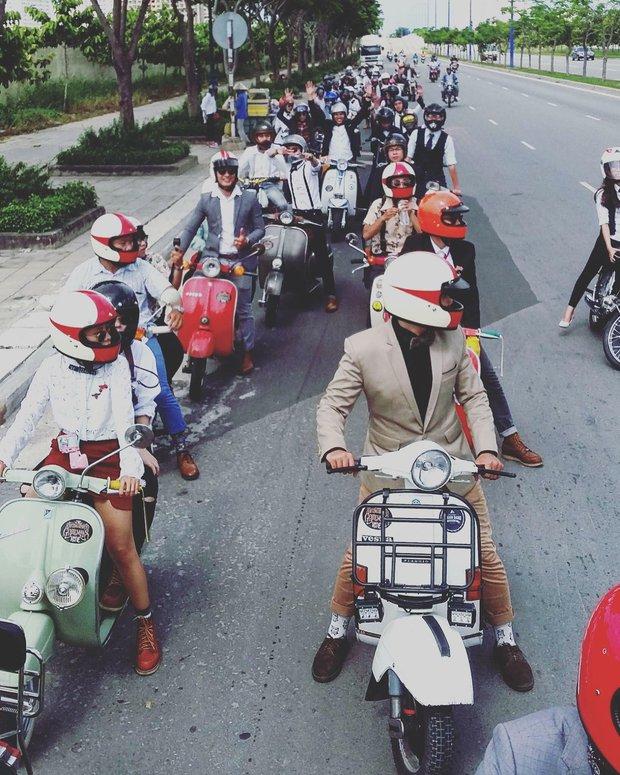 Nguyên dàn mặc chất, cưỡi vespa cổ trên phố Sài Gòn: Quá nhiều cái đẹp trong một tấm hình! - Ảnh 2.