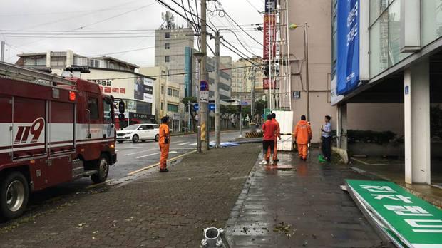 Cảnh tượng ngập lụt, đổ nát kinh hoàng sau bão tại siêu đô thị Busan của Hàn Quốc - Ảnh 16.