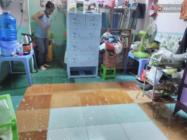 Sinh viên Sài Gòn mệt mỏi khi thức cả đêm dọn những căn phòng trọ ngập nước - Ảnh 4.