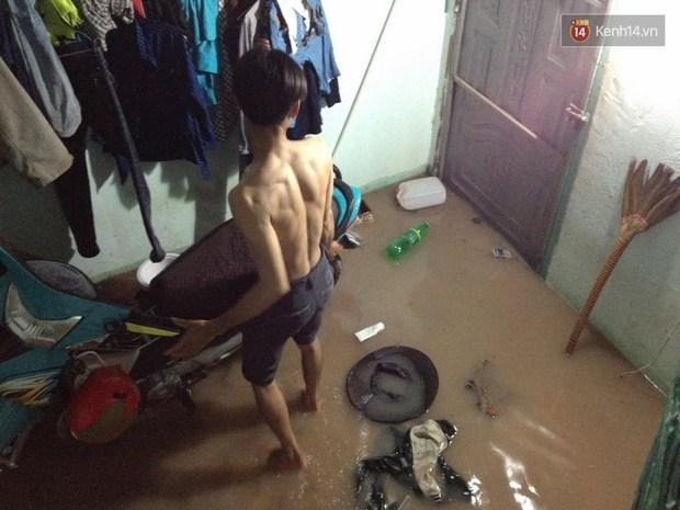Sinh viên Sài Gòn mệt mỏi khi thức cả đêm dọn những căn phòng trọ ngập nước - Ảnh 2.