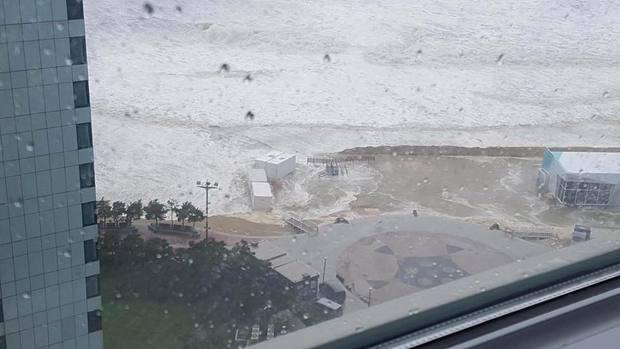 Cảnh tượng ngập lụt, đổ nát kinh hoàng sau bão tại siêu đô thị Busan của Hàn Quốc - Ảnh 4.