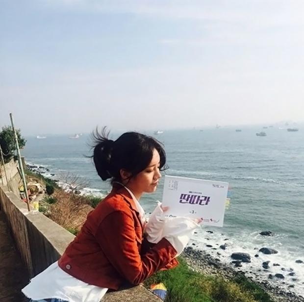 """Tạo hình của Ji Sung trong """"Entertainer"""" hứa hẹn còn """"lầy"""" hơn bánh bèo Yoo Na - Ảnh 10."""