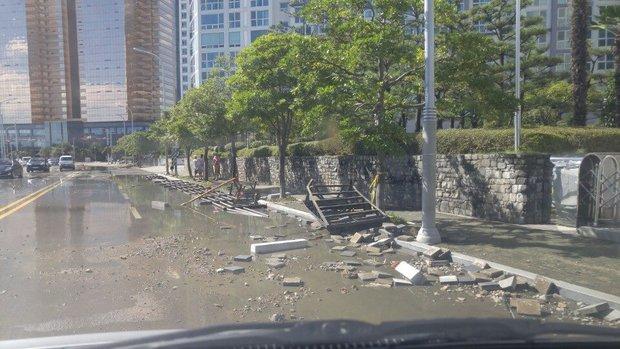 Cảnh tượng ngập lụt, đổ nát kinh hoàng sau bão tại siêu đô thị Busan của Hàn Quốc - Ảnh 7.