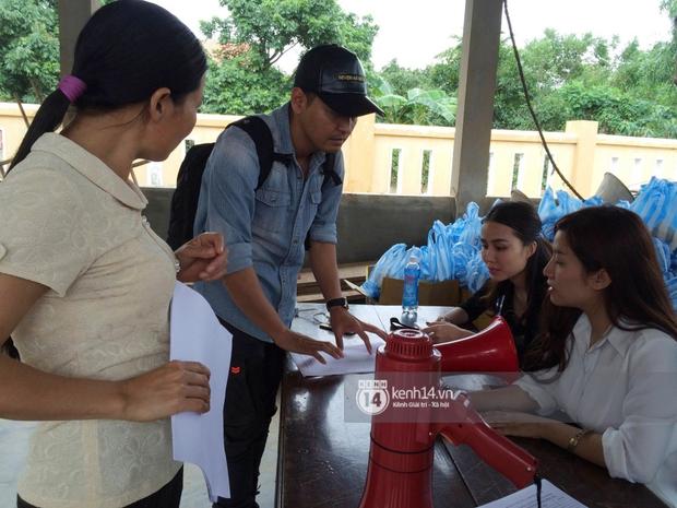 MC Phan Anh đang trao những phần quà đầu tiên: Mọi người thương con thì xếp hàng ngay ngắn vào ạ - Ảnh 1.