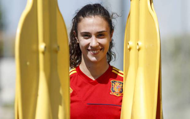 Nữ cầu thủ xinh đẹp tốc áo sau pha bỏ lỡ không tưởng - Ảnh 6.