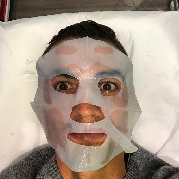 Ronaldo nhát ma fan với ảnh đắp mặt nạ làm đẹp - Ảnh 1.